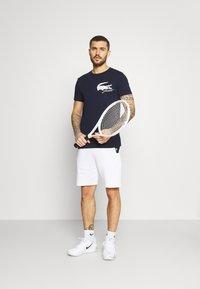 Lacoste Sport - LOGO - T-shirt print - navy blue/white - 1