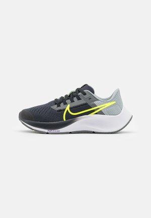 AIR ZOOM PEGASUS 38 UNISEX - Závodní běžecké boty - dark smoke grey/volt/smoke grey/light smoke grey
