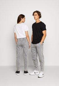 Urban Threads - CARGO JOGGER  UNISEX - Spodnie treningowe - black - 2