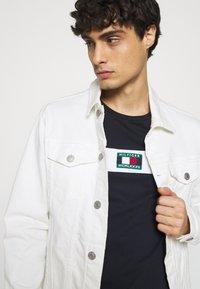 Tommy Hilfiger - NEW SMALL LOGO TEE - T-shirt med print - desert sky - 3