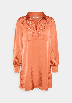 CUTWORK SHIFT MINI DRESS WITH LONG SLEEVES COLLAR AND KEYHOLE  - Robe d'été - rust satin