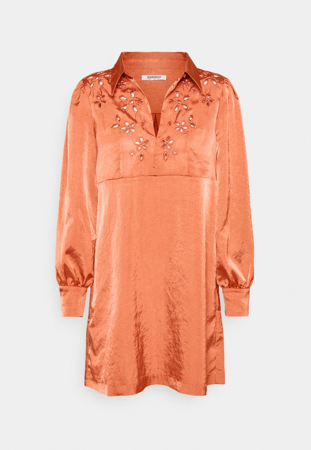 CUTWORK SHIFT MINI DRESS WITH LONG SLEEVES COLLAR AND KEYHOLE  - Korte jurk - rust satin