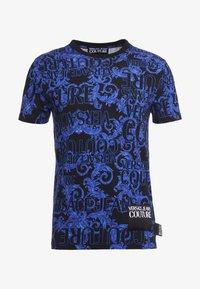 Versace Jeans Couture - BAROQUE - T-shirt med print - black/blue - 5
