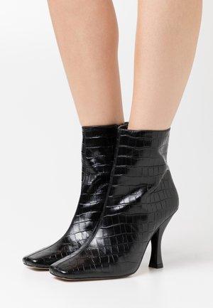 ROCCO BOOT - Kotníková obuv na vysokém podpatku - black