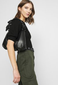 Forever New - STRUCTURED PUFF SLEEVE - T-shirt imprimé - black - 3