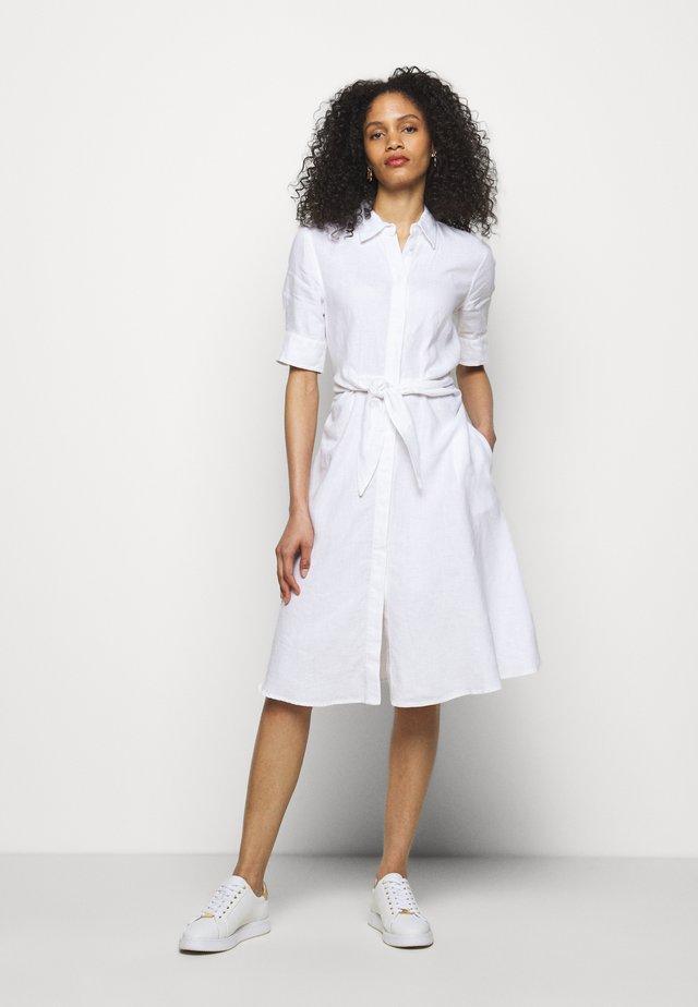 CLASSIC DRESS - Košilové šaty - white