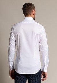 WORMLAND - Formal shirt - weiß - 1