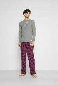 Jack & Jones - JACWOVENPANTS - Pyjama set - red bud/grey melange - 1