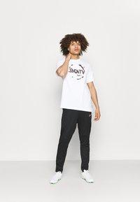 Nike Performance - FC TEE SEASONAL GRAPHIC - T-shirt med print - white - 1