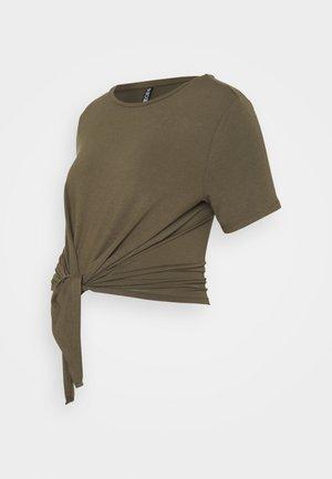 PCMNEORA TIE TEE  - T-shirt z nadrukiem - sea turtle
