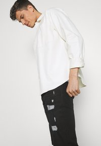 INDICODE JEANS - COMMERCIAL KEN HOLES - Denim shorts - black - 3
