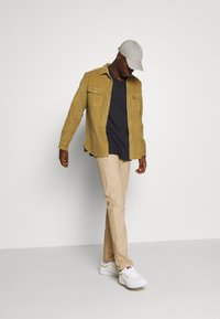 Scotch & Soda - STUART PEACHED WITH GIVE AWAY BELT - Chino - sand - 1