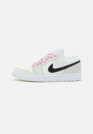 AIR JORDAN 1 SE - Sneakersy niskie - barely green/black/light arctic pink/white