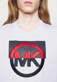 Michael Kors - BLOCK LOGO TEE - Print T-shirt - white - 4
