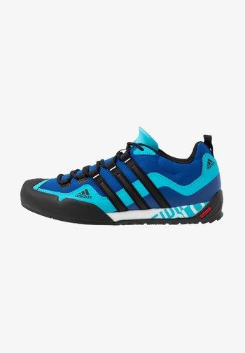 TERREX SWIFT SOLO - Chaussures à scratch - royal blue/core black/signal cyan
