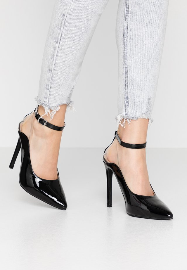 POINTED HIGH COURT WITH ANKLE STRAP - Hoge hakken - black