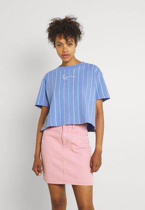 SMALL SIGNATURE SHORT PINSTRIPE TEE - Print T-shirt - blue