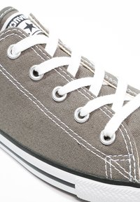 Converse - CHUCK TAYLOR ALL STAR OX DAINTY - Trainers - gris foncé / blanc - 6