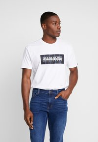 Napapijri The Tribe - SOX CHECK  - T-shirt med print - bright white - 0
