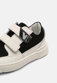Emporio Armani - UNISEX - Baskets basses - white/black - 4