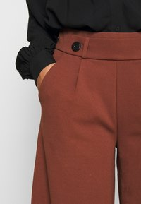 JDY - JDYGEGGO NEW ANCLE PANTS - Trousers - cherry mahogany/black - 6