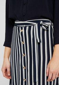 Vero Moda - VMSASHA ANCLE SKIRT NOOS - A-Linien-Rock - navy blazer/snow white coco - 4