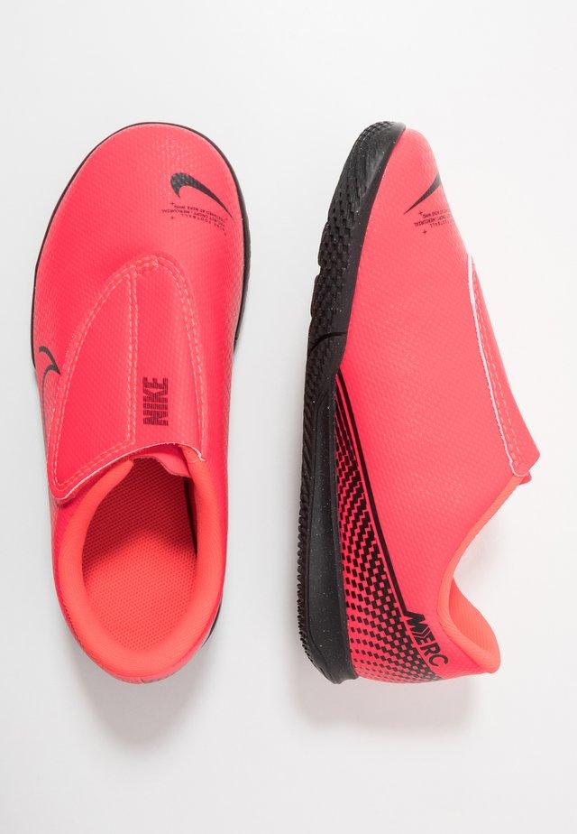 MERCURIAL VAPOR 13 CLUB IC UNISEX - Indoor football boots - laser crimson/black