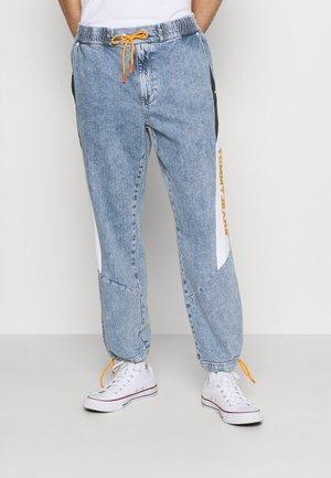 LOOSE ELASTICTD WINDPANTS - Relaxed fit -farkut - light-blue denim