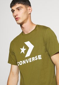 Converse - STAR CHEVRON TEE - Print T-shirt - cypress green - 4