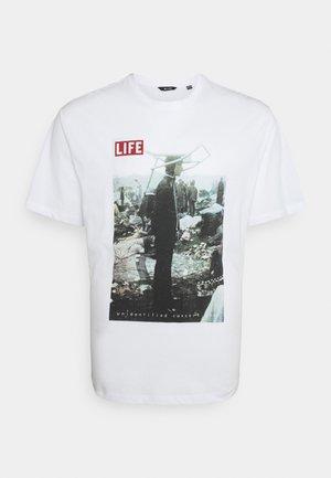 ONSLIFEMAGAZINE TEE - Print T-shirt - white