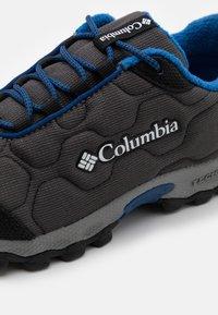 Columbia - YOUTH FIRECAMP SLED 3 WP UNISEX - Hiking shoes - dark grey/royal - 5