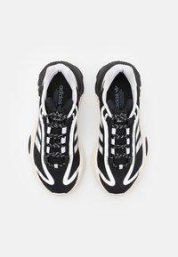 adidas Originals - OZWEEGO BIG LOGO UNISEX - Joggesko - chalk white/core black/footwear white - 3