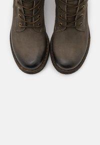 Felmini - COOPER - Šněrovací vysoké boty - morat militar - 5
