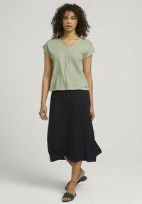 TOM TAILOR DENIM - Basic T-shirt - light dusty green - 1