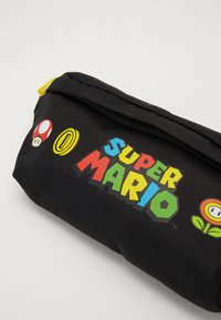 Levi's® - SUPER MARIO BANANA SLING - Sac banane - regular black - 5