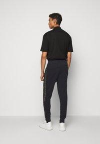HUGO - DOKUMI  - Teplákové kalhoty - black/gold - 2