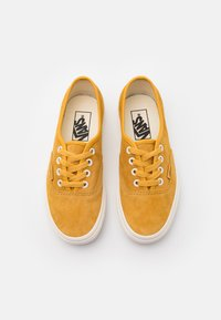 Vans - AUTHENTIC UNISEX  - Trainers - honey gold/true white - 3