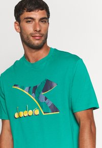Diadora - SHIELD - T-shirt med print - green shadow - 4