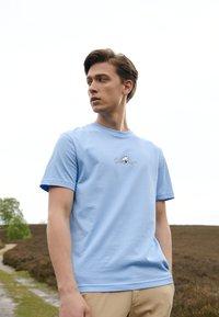 Calvin Klein - SUMMER CENTER LOGO - T-Shirt print - blue - 1