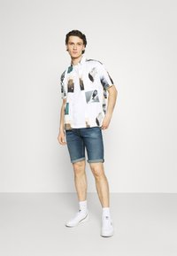 Tommy Jeans - RONNIE RELAXED DENIM SHORT - Jeansshort - blue denim - 1