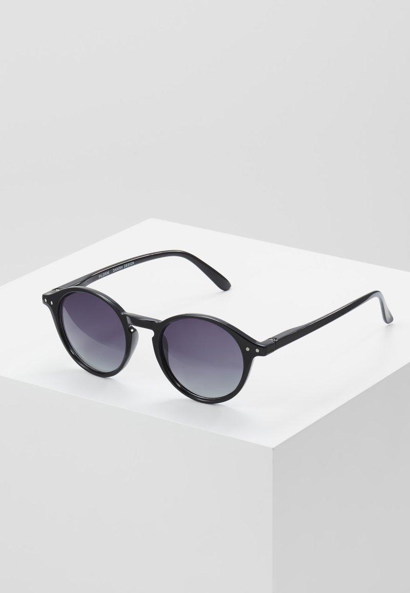 Pilgrim - SUNGLASSES ROXANNE - Sluneční brýle - black