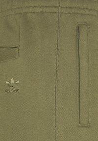 adidas Originals - BASICS UNISEX - Shorts - olive cargo - 2