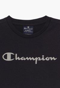 Champion - LEGACY AMERICAN CLASSICS CREWNECK UNISEX - Triko spotiskem - dark blue - 3