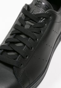 adidas Originals - STAN SMITH - Trainers - black - 5