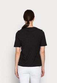 Tommy Hilfiger - REGULARBOX - T-shirt z nadrukiem - black - 2