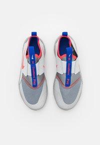 Nike Performance - FLEX RUNNER SE UNISEX - Neutral running shoes - particle grey/bright crimson/light smoke grey - 3
