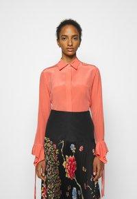 Victoria Victoria Beckham - FLOUNCE CUFF SHIRT - Košile - lychee pink - 0