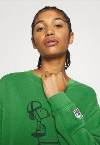 Levi's® - LEVI'S X PEANUTS UNBASIC CREW SWEATSHIRT - Sweatshirt - green - 3