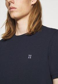 Les Deux - Basic T-shirt - dark navy/white - 5