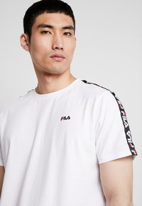 Fila - VAINAMO TEE - T-shirt med print - bright white - 4